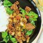 Assiette de boeuf haché au chili et olives avec riz blanc.