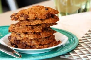 Assiette contenant une pile de biscuit au chocolat sans gluten et sans lactose.