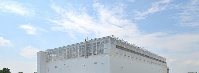 Serre Lufa sur le toit d'un bâtiment commercial à Laval.